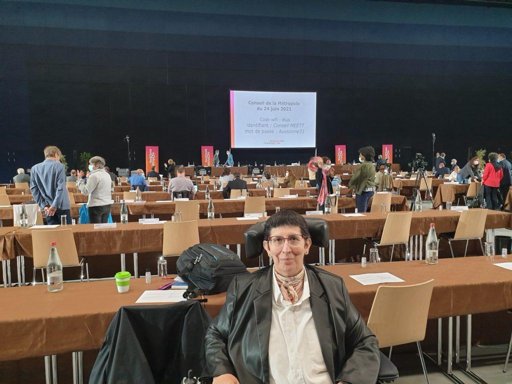 Odile Maurin au MEETT contre des congrès au début du Conseil métropolitain du 24 juin avec l'écran qui diffuse le conseil en fond d'image