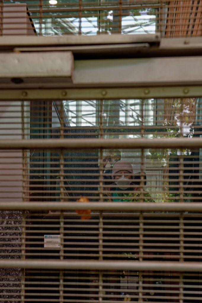 Odile Maurin derrière les grilles du palais de justice - photo Pascal Champlon